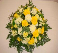 composition de roses jaunes.
